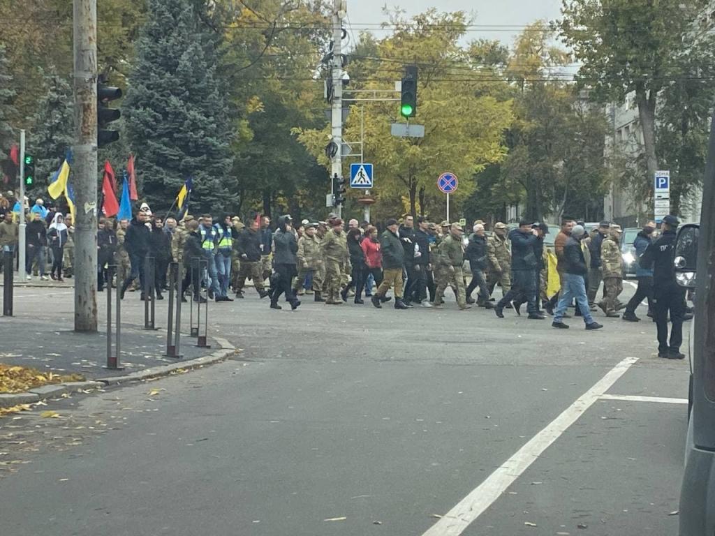 Новости Днепра про Сотни людей с флагами: как проходит в Днепре праздничный марш