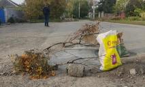 Сами себе дорожники: на Игрени местные жители самостоятельно латают ямы