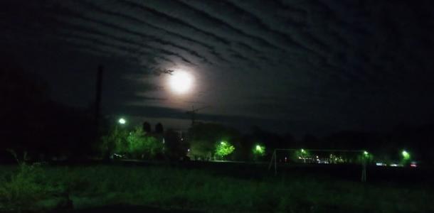 «Небо в полосочку»: днепрян удивили необычные слоисто-кучевые облака (ФОТО)