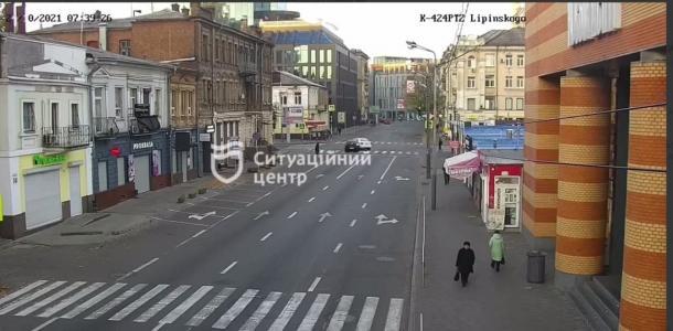 «На пустом месте»: в центре Днепра столкнулись иномарка и машина службы такси Bolt (видео)