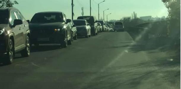 Стоять придется долго: на одном из мостов в сторону Днепра огромные пробки