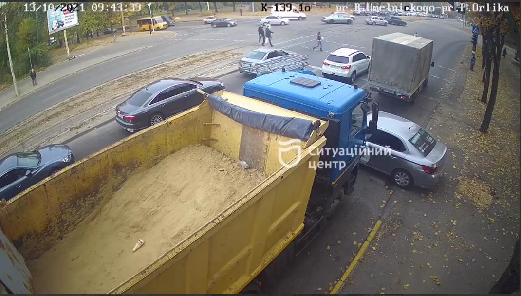Новости Днепра про Не заметил: в Днепре водитель грузовика протаранил машину службы такси Bolt  (видео момента)