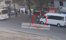 В Днепре пенсионер без штанов разгуливал по проспекту (ВИДЕО)